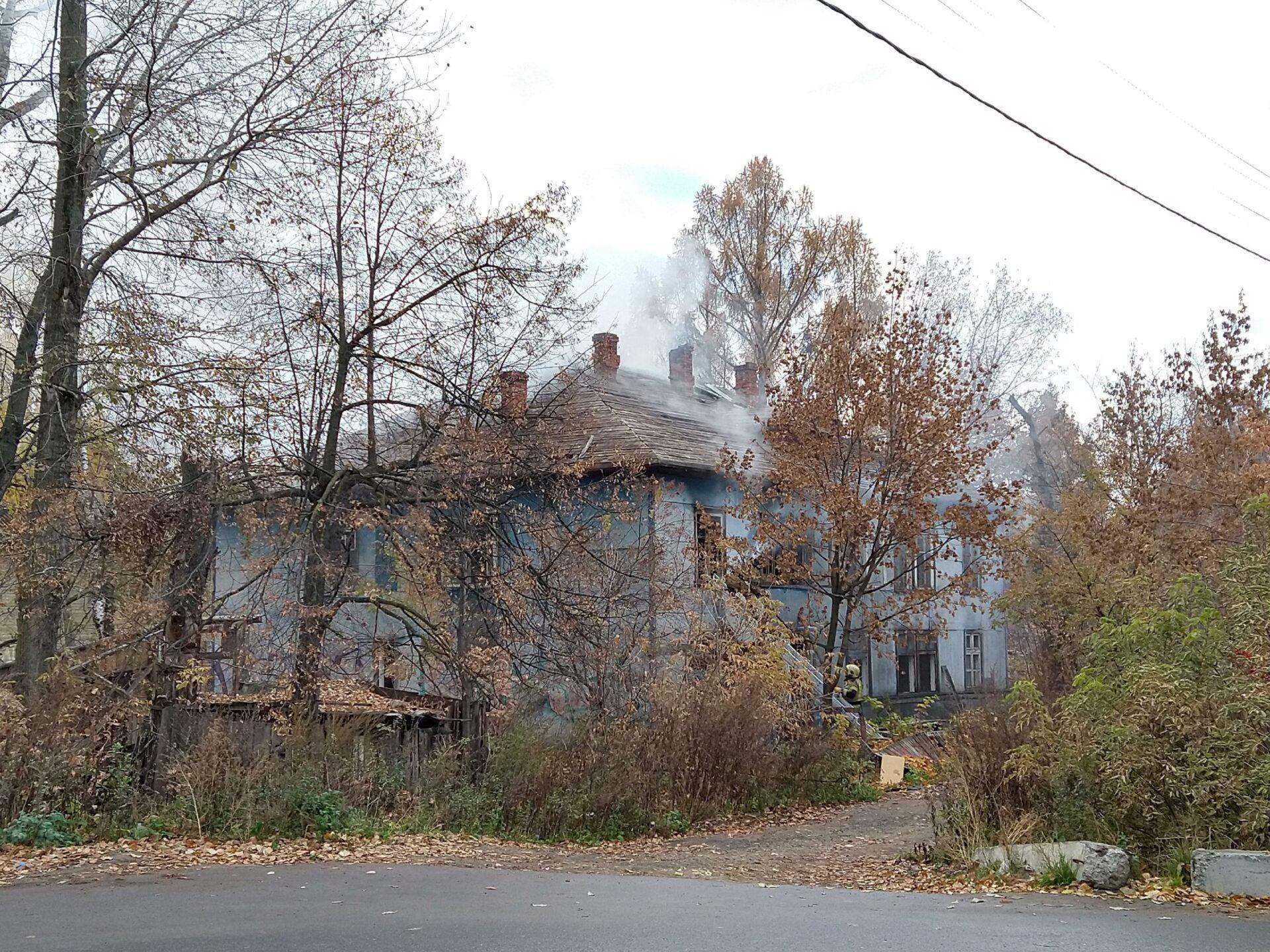В микрорайоне «Ремзавод» в  Йошкар-Оле пожарные тушили старый деревянный дом