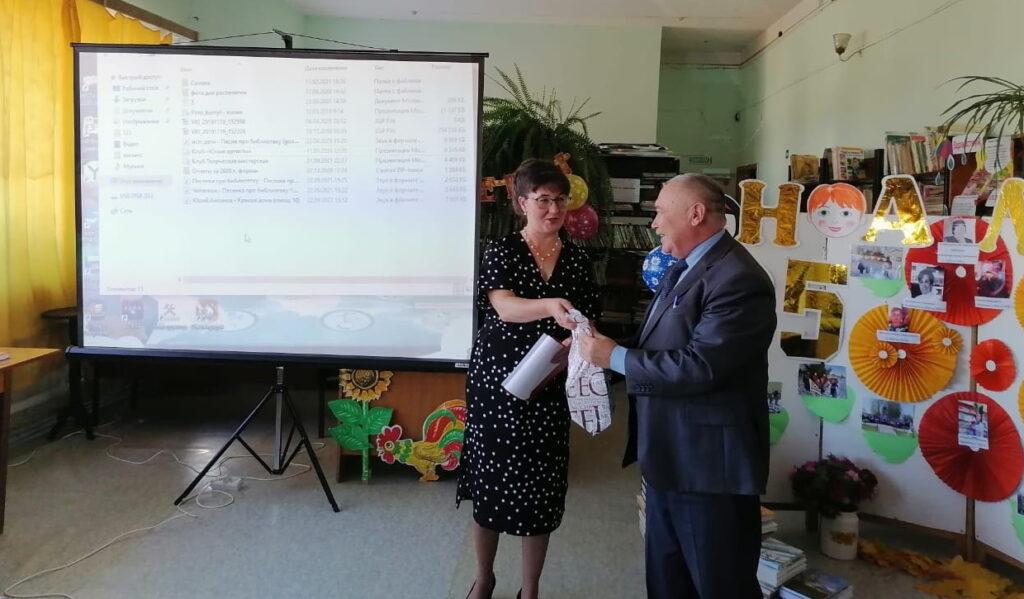 Секретарь Новоторъяльского районного отделения Партии поздравил сельскую библиотеку с юбилеем