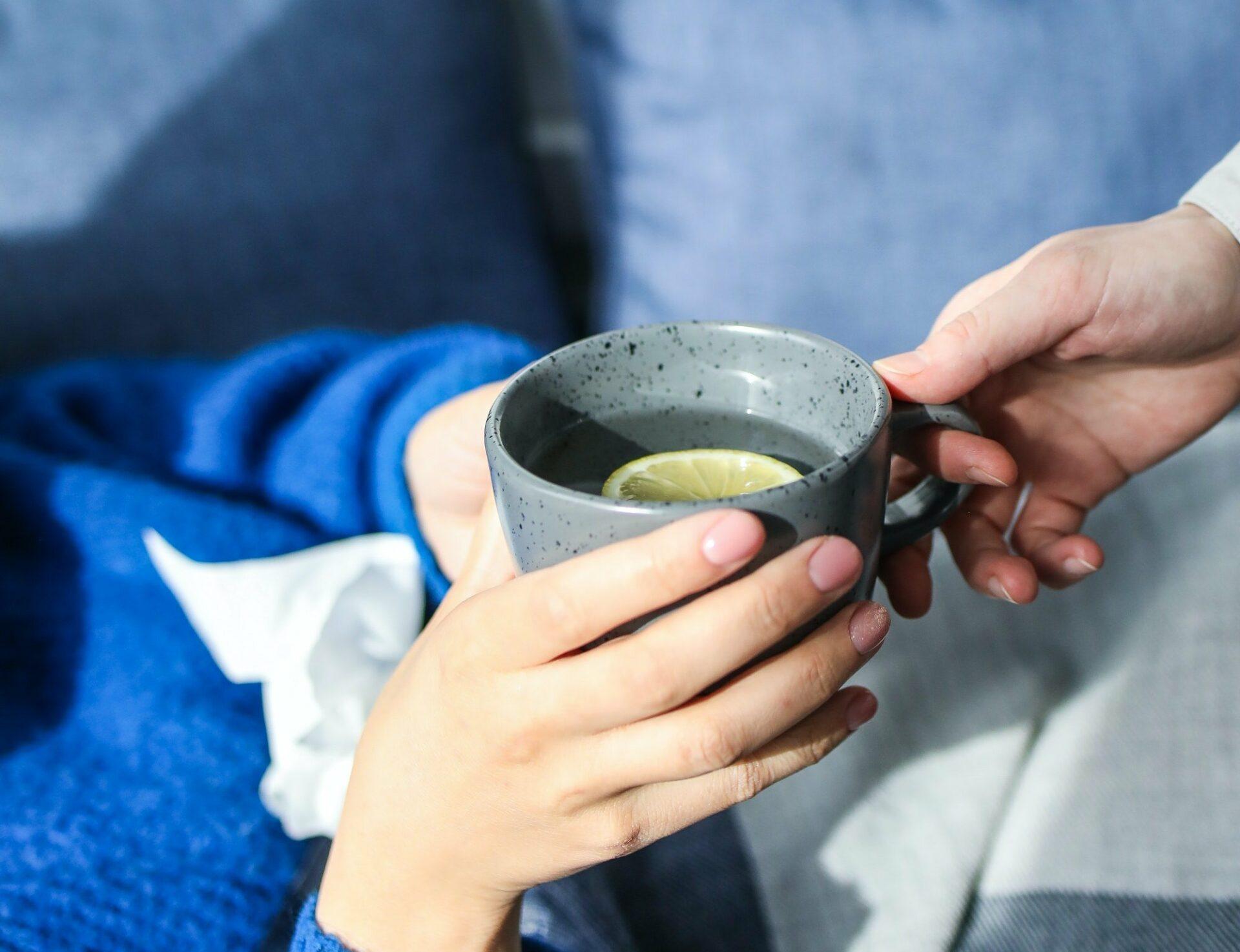 Диетолог Королева предупредила россиян о вреде горячего чая при простуде для здоровья