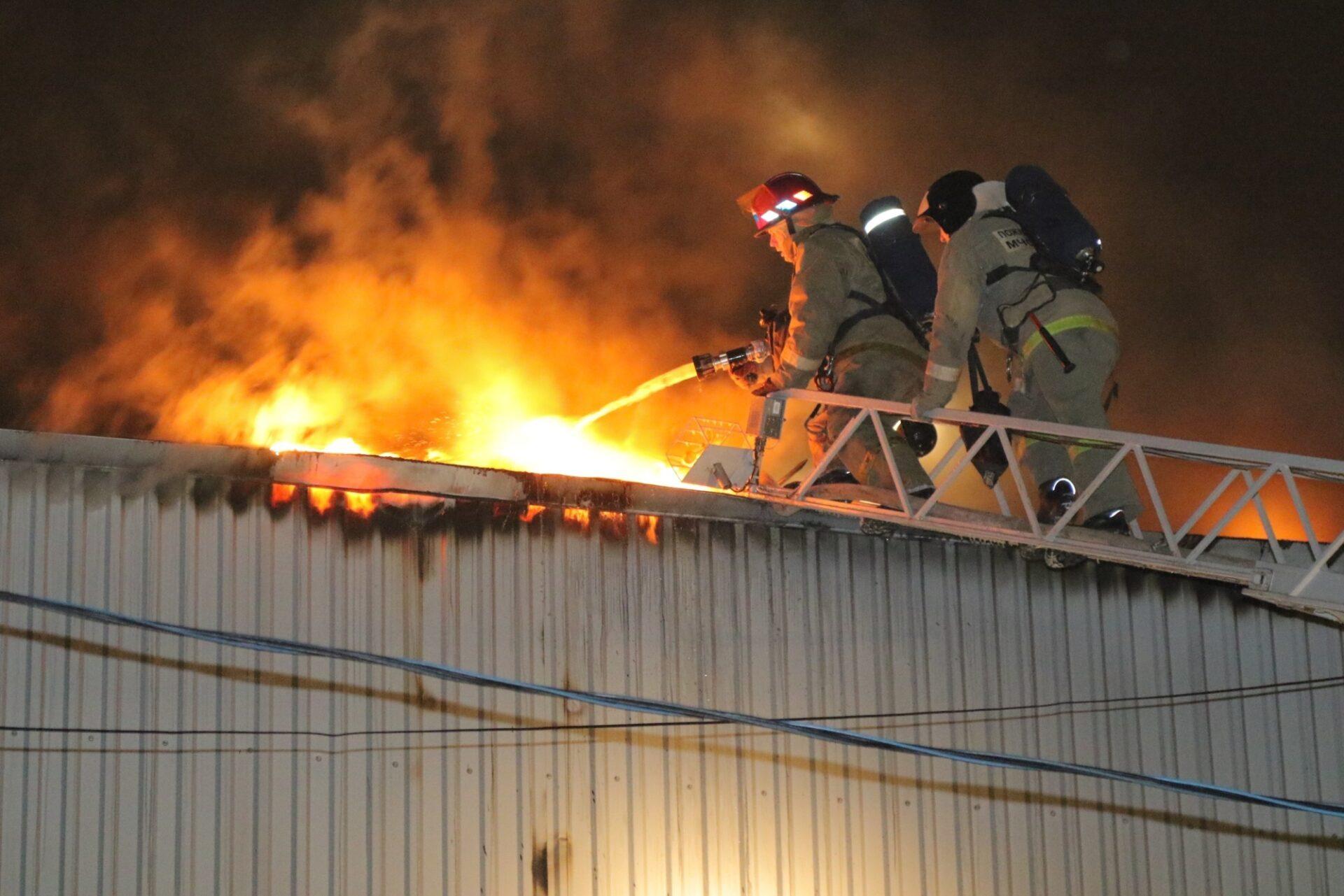В Волжске 13 человек тушили пожар в промышленном цеху